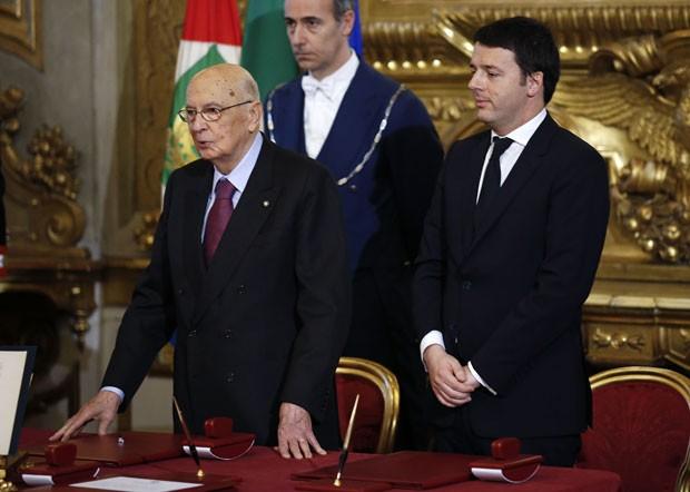 O novo premiê da Itália, Matteo Renzi, é visto ao lado do presidente Giorgio Napolitano durante a cerimônia de juramento do cargo neste sábado (22) (Foto: Remo Casilli/Reuters)