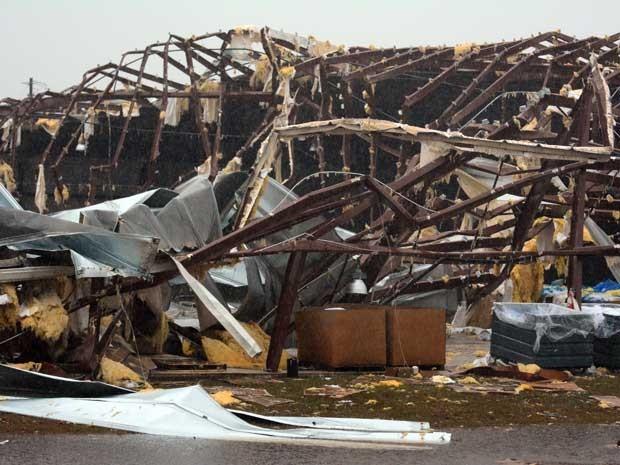 Imóvel destruído pela força do tornado que passou pelo condado de Marion. (Foto: Eli Baylis / AP Photo)