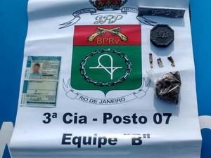 Material apreendido com suspeito na RJ-155 (Foto: Divulgação/PRE)