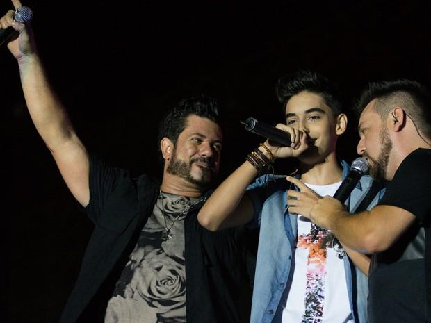 d2d1c04edf9b1 A dupla Rogério e Adriano canta com o jovem Igor Freitas no palco do  Ribeirão Country