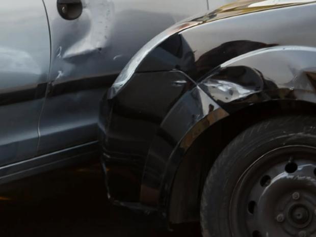 Carro da vítima ficou danificado após tentativa de roubo em São Carlos (Foto: Fábio Maurício / Arquivo Pessoal)