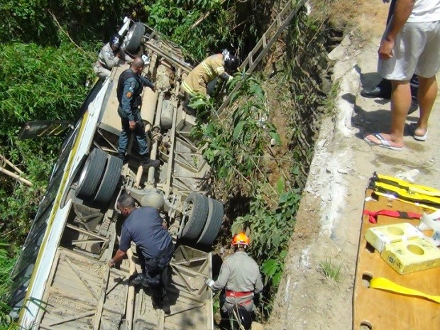 Ônibus escolar caiu no rio na localidade de Três Córregos  (Foto: Blog Claucio Mizael Repórter)
