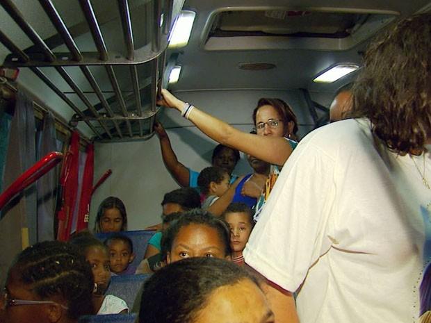 Diminuição de linhas causa superlotação em ônibus rurais em Varginha (Foto: Reprodução EPTV / Devanir Gino)