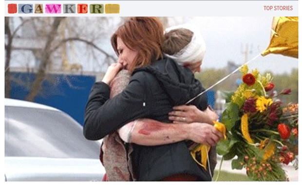 """Após """"ressuscitar"""", Alexey Bykov abraça a namorada Irina Kolokov ainda sujo de sangue falso (Foto: Reprodução / Gawker)"""