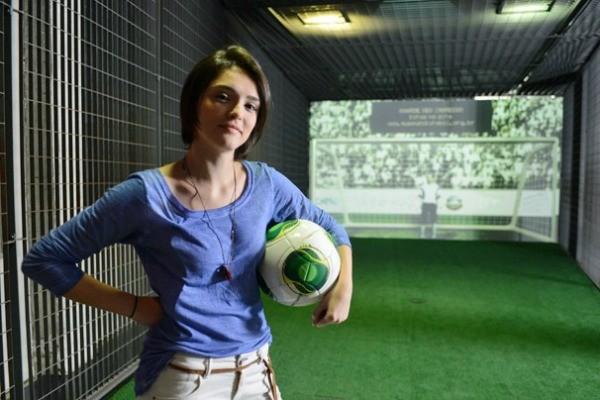 Giane (Isabele Drummond) pronta para uma partida de futebol (Foto: Zé Paulo Cardeal/Rede Globo)