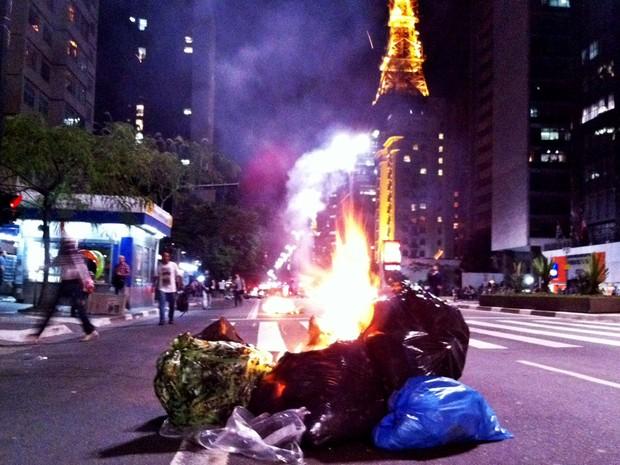 Manifestantes colocam fogo em lixo em uma das pistas da Av. Paulista (Foto: Ana Carolina Moreno/G1)