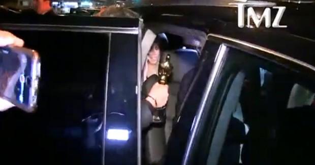Homem entrega estatueta do Oscar no carro de Leonardo DiCaprio (Foto: Reprodução/Instagram)
