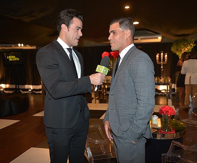 Joaquim Lopes entrevistou Juliano Cazarré na coletiva de 'A Regra do Jogo' (Foto: João Miguel Jr / TV Globo)
