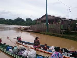 Moradores de Guajará passaram a transportar pertences em canoas após água atingir vias, em fevereiro de 2017 (Foto: Divulgação/Defesa Civil)