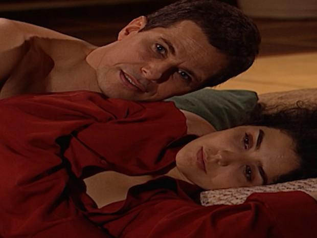 Depois de fazer amor com Henrique, Celeste pede que ele não conte nada a ninguém