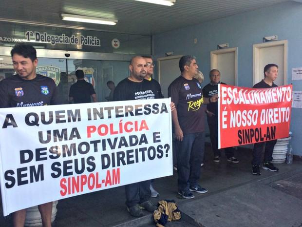 A manifestação ocorreu em frente ao 1º Distrito Integrado de Polícia (DIP) (Foto: Matheus Castro)