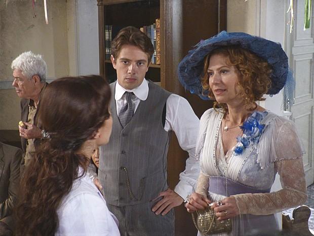 Laura tenta convencer a mãe a sair logo de lá (Foto: Lado a Lado / TV Globo)