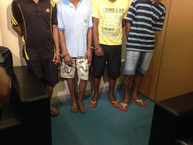 Suspeitos no crime de Branquinha foram apresentados pela polícia (Foto: Natália Normande/G1)