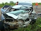 Motorista morre após batida entre carro e carreta carregada com gado