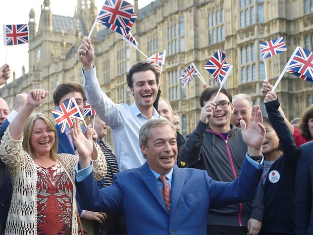 Nigel Farage, líder do UKIP, e apoiadores da Brexit comemoram resultado do referendo (Foto: Toby Melville/Reuters)