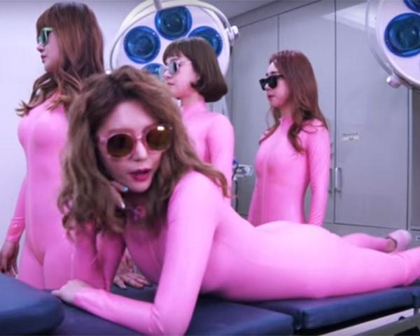 Integrantes do grupo de k-pop Six Bomb retratam cirurgia plástica de maneira inédita (Foto: Reprodução Youtube)