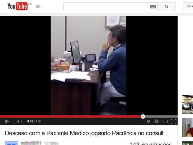 Vídeo mostra médico em consultório: denunciante diz que ele jogava paciência (Foto: Reprodução/YouTube)