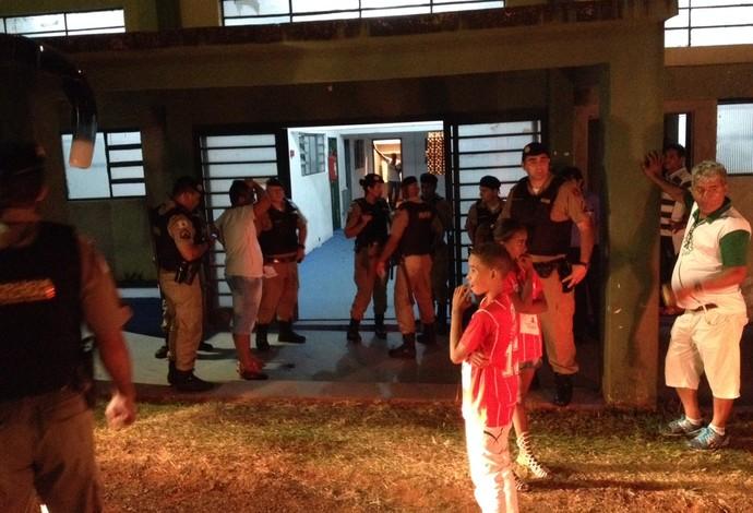 Uberaba Mamoré Módulo II Mineiro confusão invasão de campo (Foto: Felipe Santos)