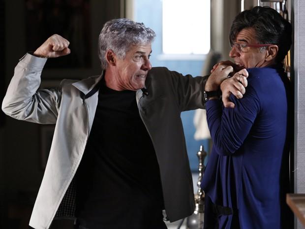 Cláudio vai atrás de Téo e os dois brigam (Foto: Fábio Rocha / Gshow)