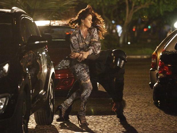 Helô dá golpe em bandido (Foto: Salve Jorge/TV Globo)