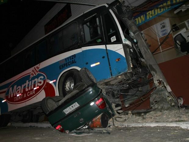 Carro foi totalmente esmagado pelo ônibus (Foto: Mônica Dias)
