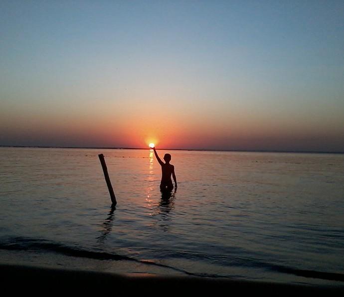 Enzo se diverte brincando de segurar o sol (Foto: Roberto Knorr/Gshow)