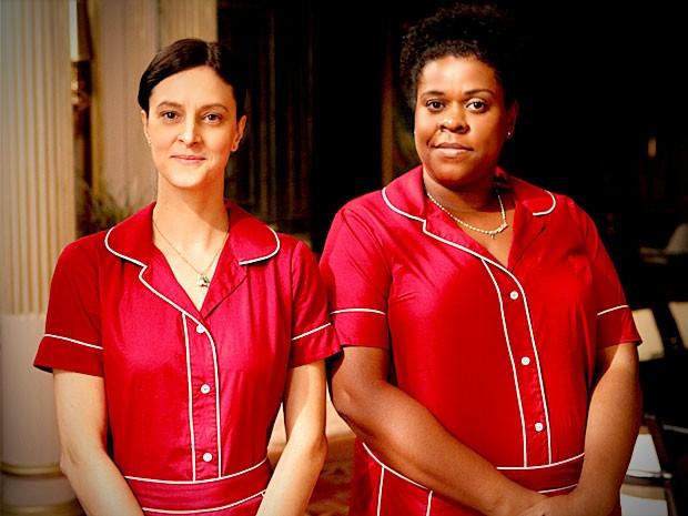 Zezé e Janaína são as empreguetes de Carminha (Foto: Avenida Brasil / TV Globo)