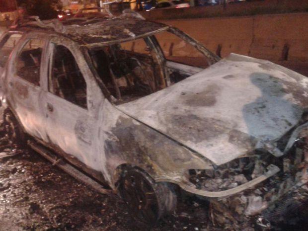 Carro é destruído por chamas na  Augusto Montenegro, em Belém (Foto: Jackie Carrera/TV Liberal)
