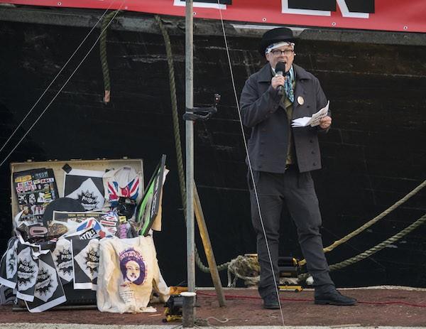 Joe Corre antes de colocar fogo nos itens raros pertencentes ao Sex Pistols (Foto: Getty Images)