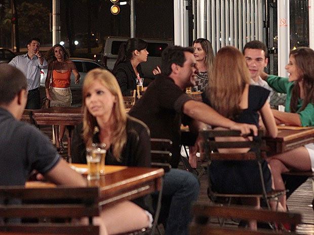 Lombardi grava cena de Théo em um bar ao lado de Sidney Sampaio e Flávia Alessandra (Foto: Salve Jorge/TV Globo)