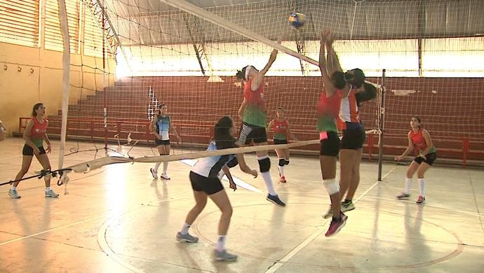 Seleções infanto e juvenil de vôlei feminino treinam no Álvaro Dantas (Foto: Reprodução/Rede Amazônica Acre)