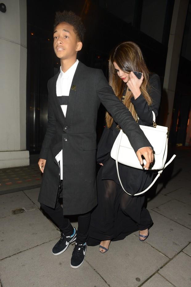 Selena Gomez e Jaden Smith deixaram restaurante em Londres, na Inglaterra (Foto: Splash News/ Agência)