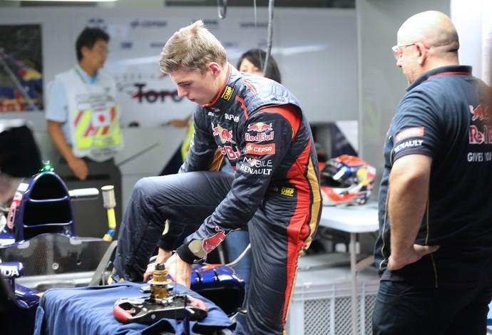 Max Verstappen entrando na STR para o primeiro treino livre para o GP da Japão (Foto: AFP)