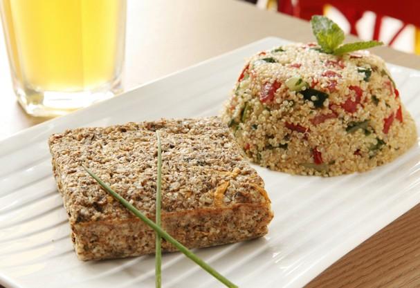 Kibe de atum com tabule de quinua: almoço light antes de por o pé na jaca