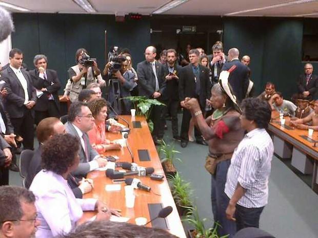 Índios, liderados pelo cacique Raoni, conversam com o deputado André Vargas no plenário 2 da Câmara (Foto: Isabella Calzolari)