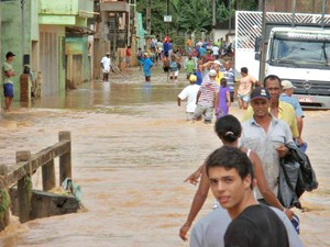 Santo Agostinho, distrito de Água Doce do Norte, ficou alagado neste domingo (22). (Foto: Amanda Corteletti/ VC no G1)