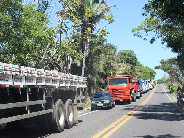 Manifestação deixa trânsito parado na PI-130 (Foto: Gil Oliveira/ G1)
