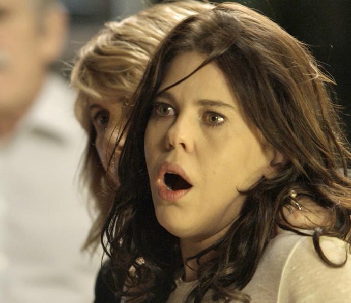 Bêbada, Nelita surta ao ouvir Gibson falando de Aninha (Foto: TV Globo)