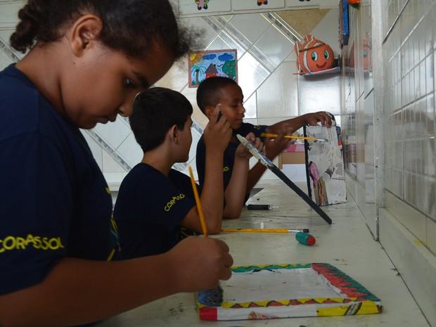 Crianças assistidas pela ONG participam de aula de artes em Ribeirão Preto, SP (Foto: Gabriela Castilho/G1)