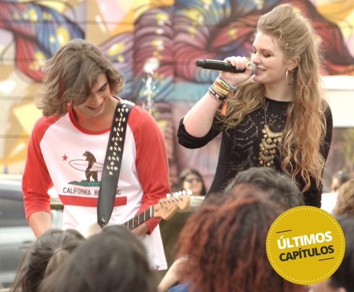 Pedro se dá bem e toca no show da cantora internacional (Foto: TV Globo)