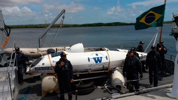 Embarcação, uma espécie de bote com rodas removíveis, levou mordidas no leme e na escotilha (Foto: Marksuel Figueiredo/Inter TV Cabugi)
