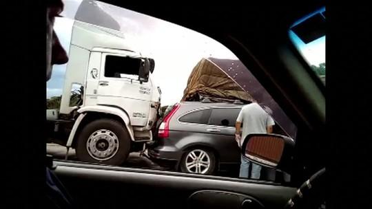 Acidente entre 5 carros e 2 caminhões deixa trânsito lento na Via Dutra, RJ