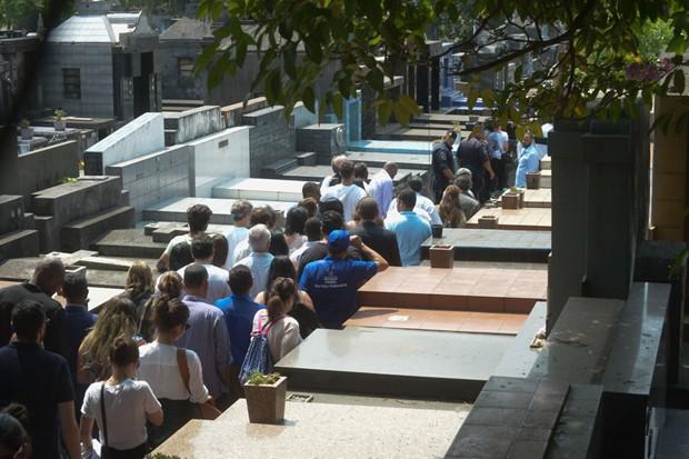 Familiares e amigos acompanham o sepultamento do corpo de Domingos (Foto: AgNews)