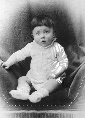 O bebê Adolf Hitler