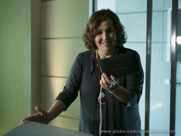 Zélia consegue pegar um aparelho de GPS (Foto: Felipe Monteiro/TV Globo)