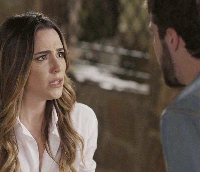 Dissimulada, Bruna finge que ficou ofendida com as palavras de Giovanni (Foto: TV Globo)
