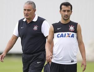 Douglas é orientado pelo técnico Tite em treino do Corinthians (Foto: Agência Corinthians)