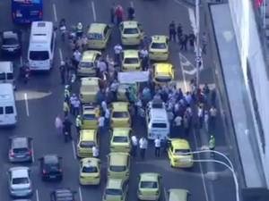 Taxistas usam faixas em protesto (Foto: Reprodução/TV Globo)
