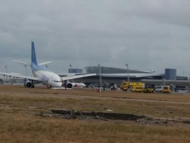 Avião fez pouso forçado no Recife (Foto: Marlon Costa/Pernambuco Press)