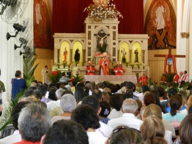 Missas começaram às 8h30 na Catedral de Fortaleza. Ainda neste domingo haverá missa às Haverá missas na catedral também às 12h, 18h30min e 20 horas. Confira a programação dos demais dias de Semana Santa em Fortaleza. (Foto: Wallace Freitas)